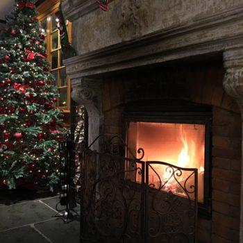 Weihnachten am Feuer mit Weihnachtsbaum